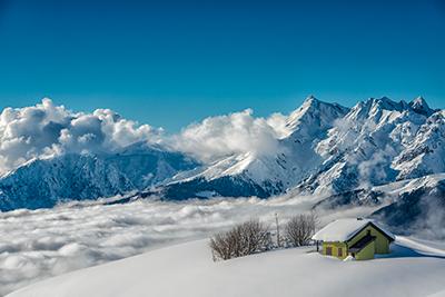 gîte enneigé en montagne