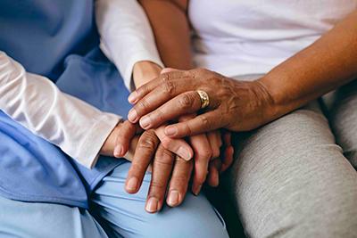 Mains de personnes âgées dans un EHPAD
