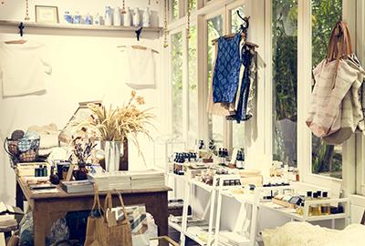 boutique lumineuse d'objet artisanaux